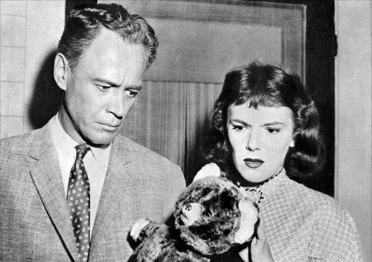 Doctor William Prince and nurse Jacqueline Scott with his missing daughter's teddy bear in Macabre (1958)
