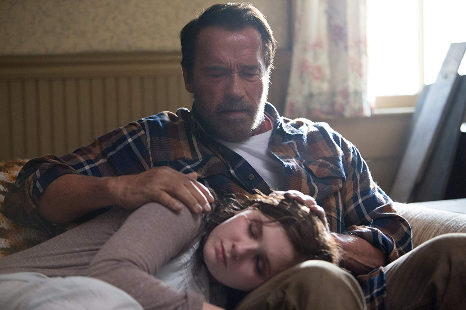 Father Arnold Schwarzenegger concerned about what his daughter Abigail Breslin is turning into in Maggie (2015)