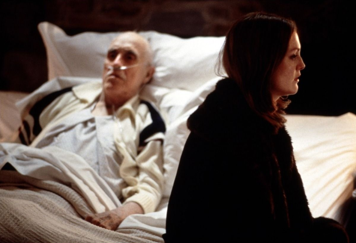Julianne Moore and her dying husband Jason Robards in Magnolia (1999)