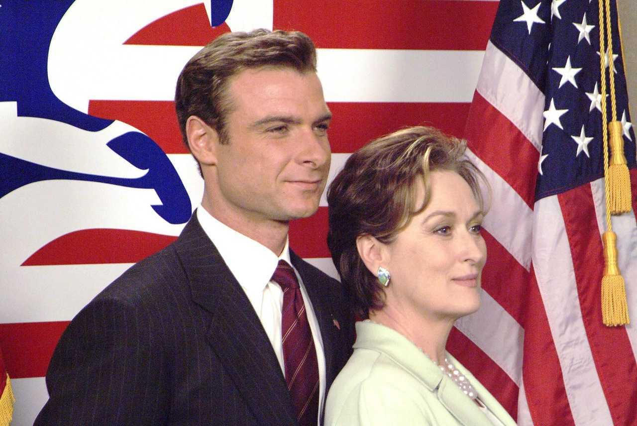 Raymond Shaw (Liev Schreiber) and his mother Meryl Streep in The Manchurian Candidate (2004)