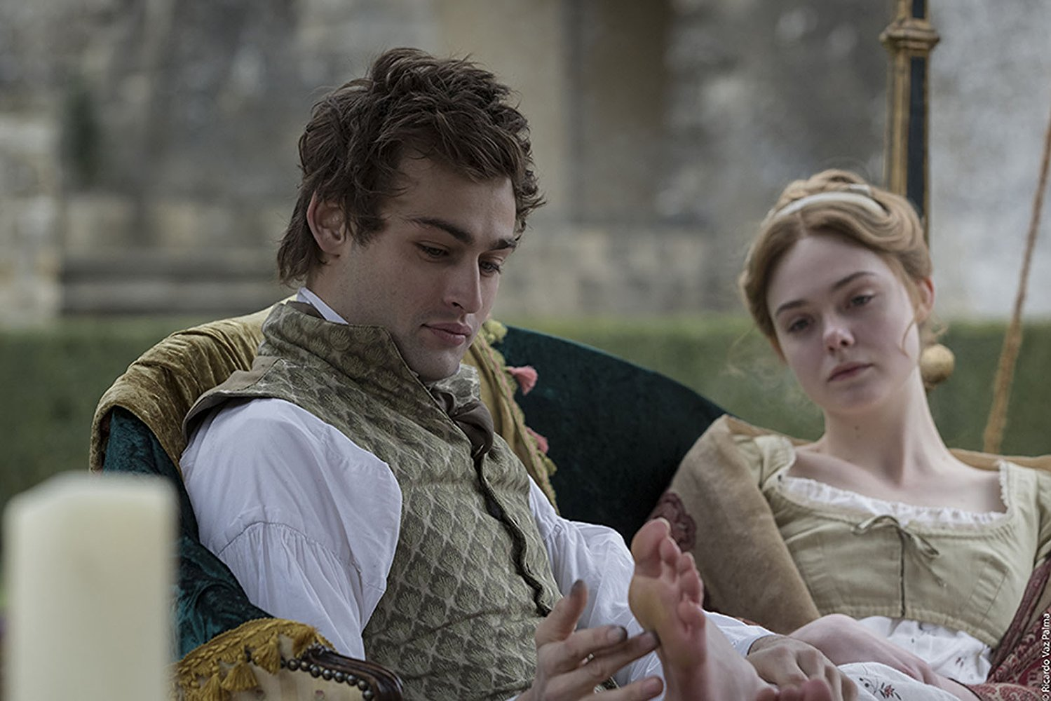 Percy Bysshe Shelley (Douglas Booth) and Mary Shelley (Elle Fanning)