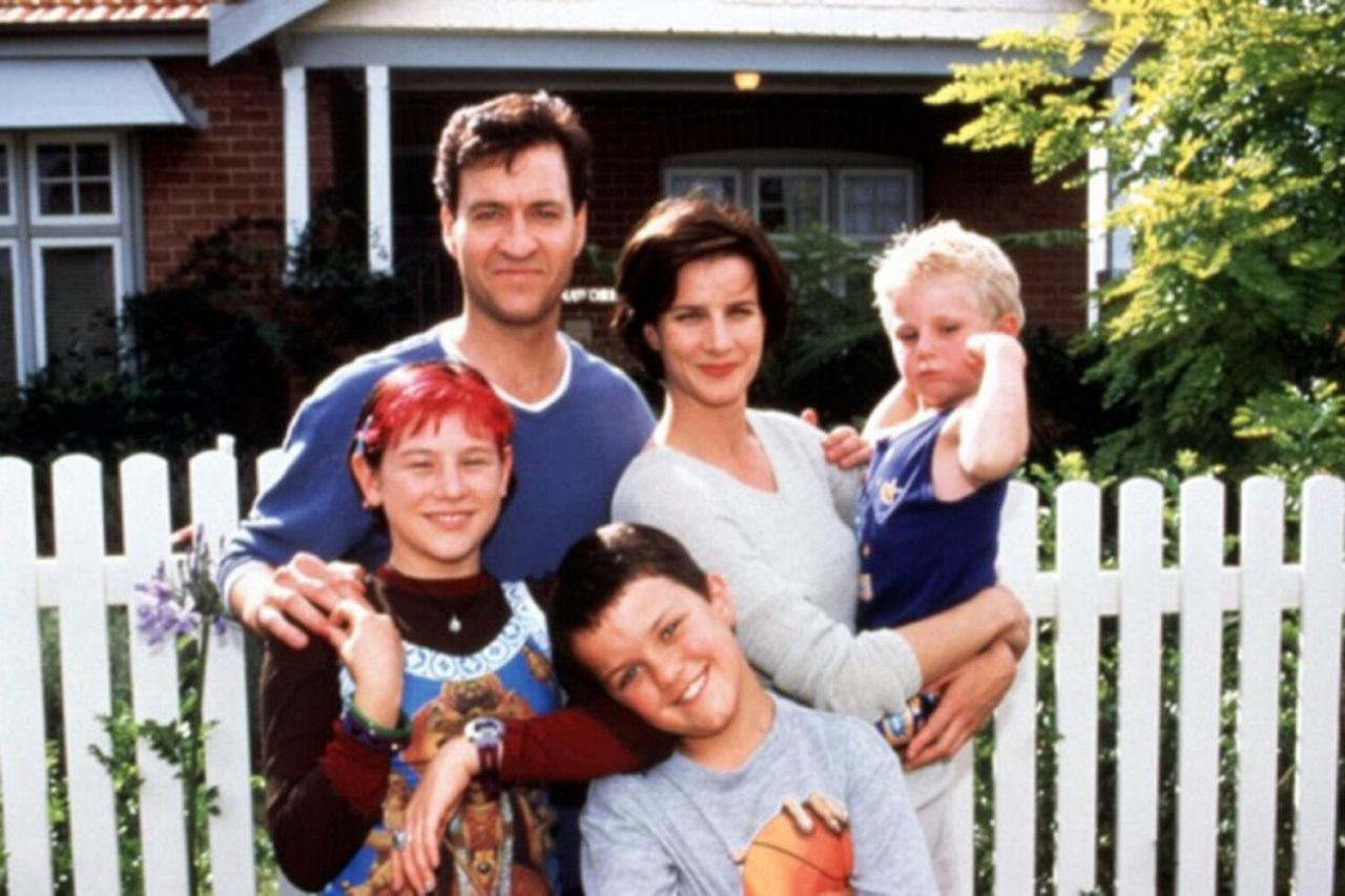 Rachel Griffith, husband David Roberts and children Yael Stone, Shaun Loseby and Trent Sullivan in Me Myself I (1999)