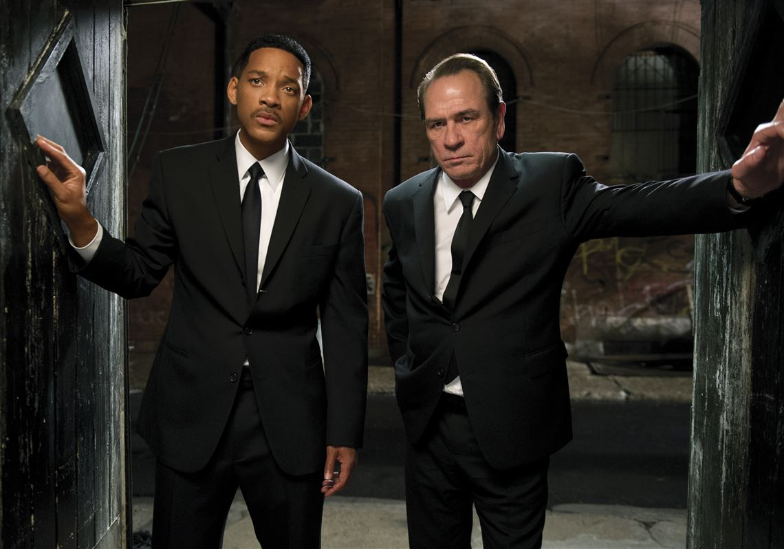 (l to r) Agents J (Will Smith) and K (Tommy Lee Jones) back in action in Men in Black 3 (2012)