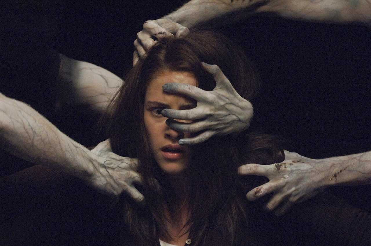 Kristen Stewart encounters supernatural forces in The Messengers (2007)