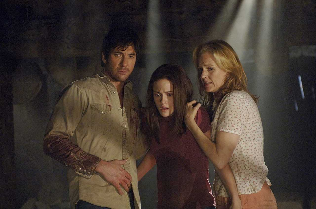 Dylan McDermott. Kristen Stewart and Penelope Ann Miller in The Messengers (2007)