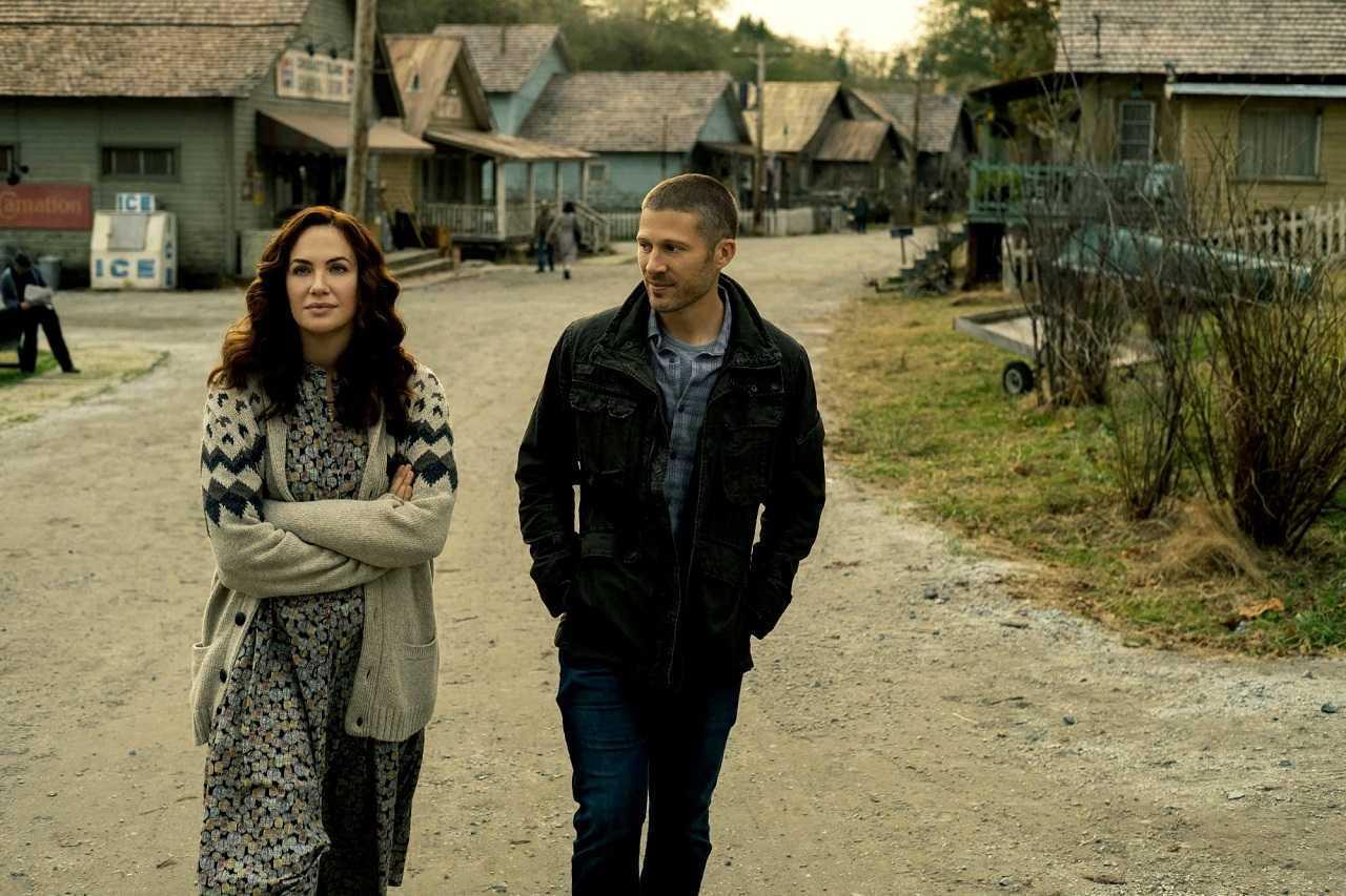 Erin Greene (Kate Siegel) and Riley Flynn (Zach Gilford) in Midnight Mass (2021)