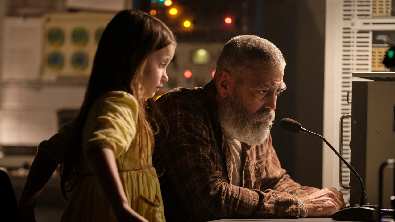Augustine Lofthaus (George Clooney) and Iris (Caoilinn Springall) try to communicate with the Aether