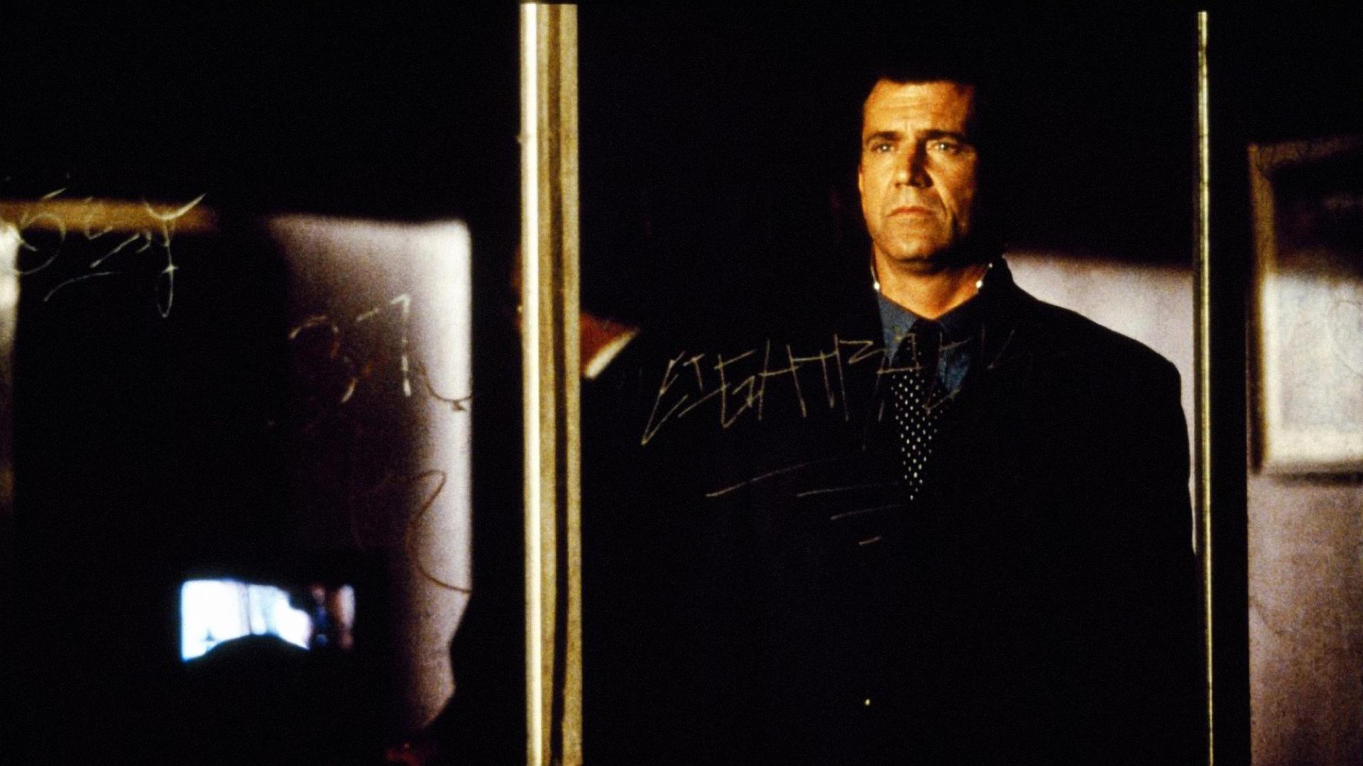 Investigating detective J.B. Skinner (Mel Gibson) in The Million Dollar Hotel (2000)