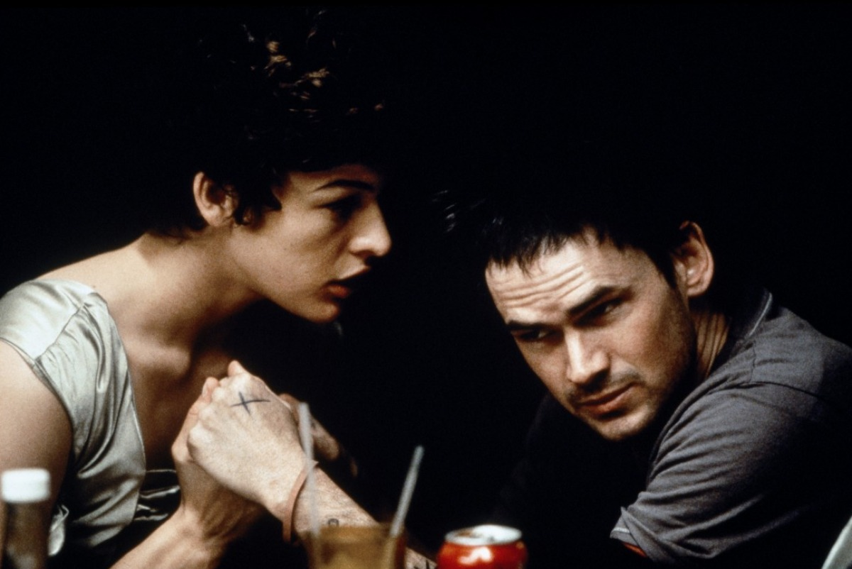 Love story between Tom Tom (Jeremy Davies) and he girl of his dreams Eloise Ash (Milla Jovovich) in The Million Dollar Hotel (2000)