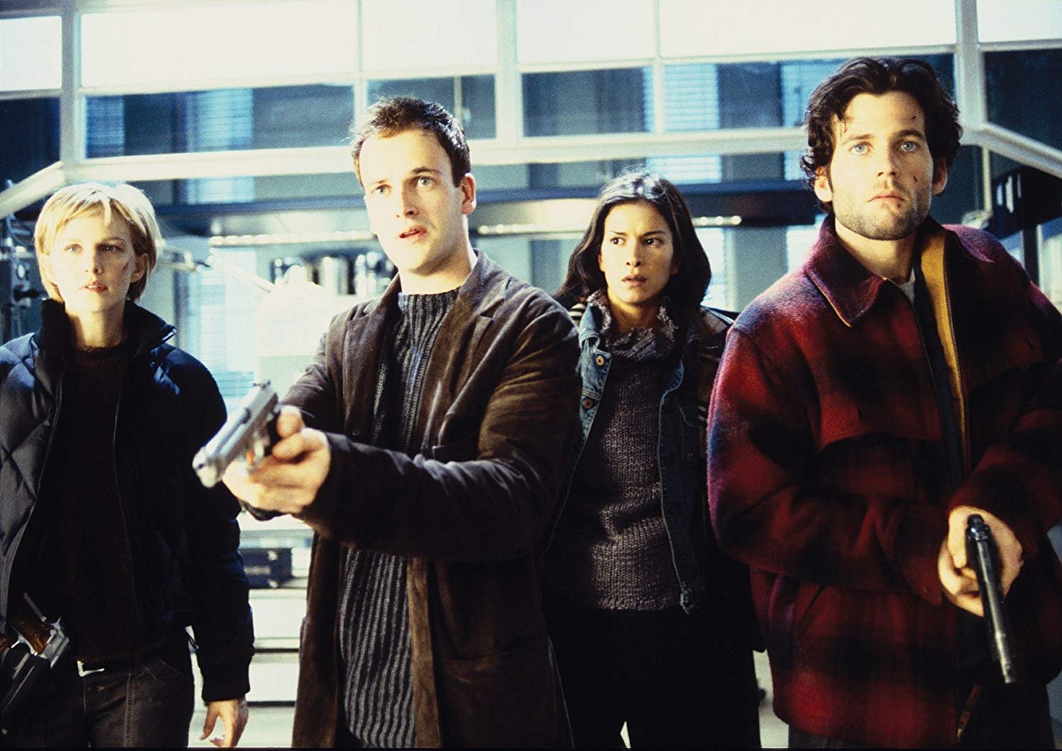 The trainee profilers - Kathryn Morris, Jonny Lee Miller, Patricia Velasquez, Eion Bailey - try to work out who among their number is the killer in Mindhunters (2004)