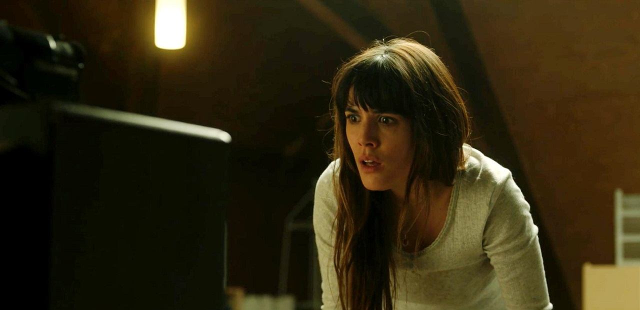 Adriana Ugarte in a cross-time video call in Mirage (2018)