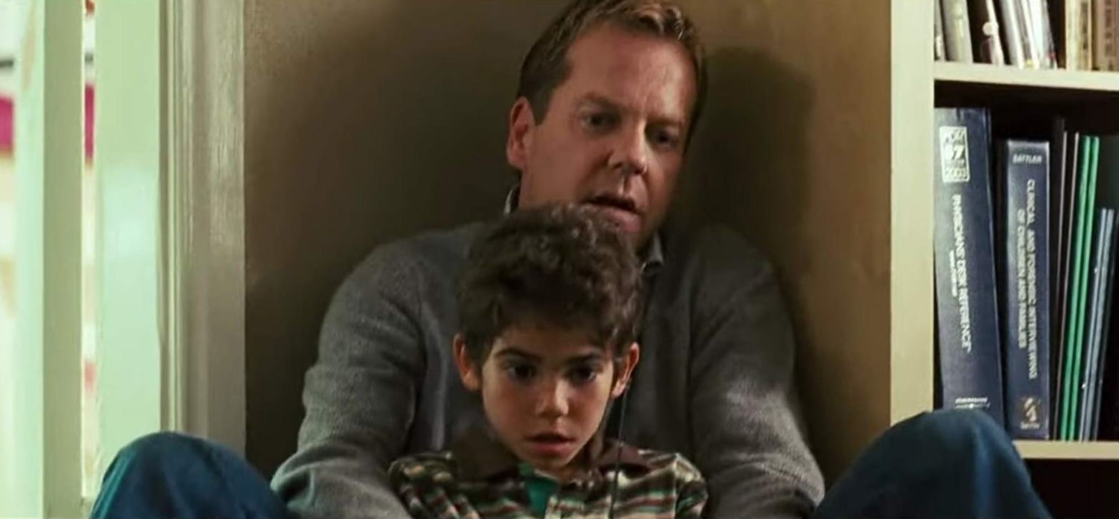 Kiefer Sutherland tries to protect his son Cameron Boyce from the menace of the Mirrors (2008)