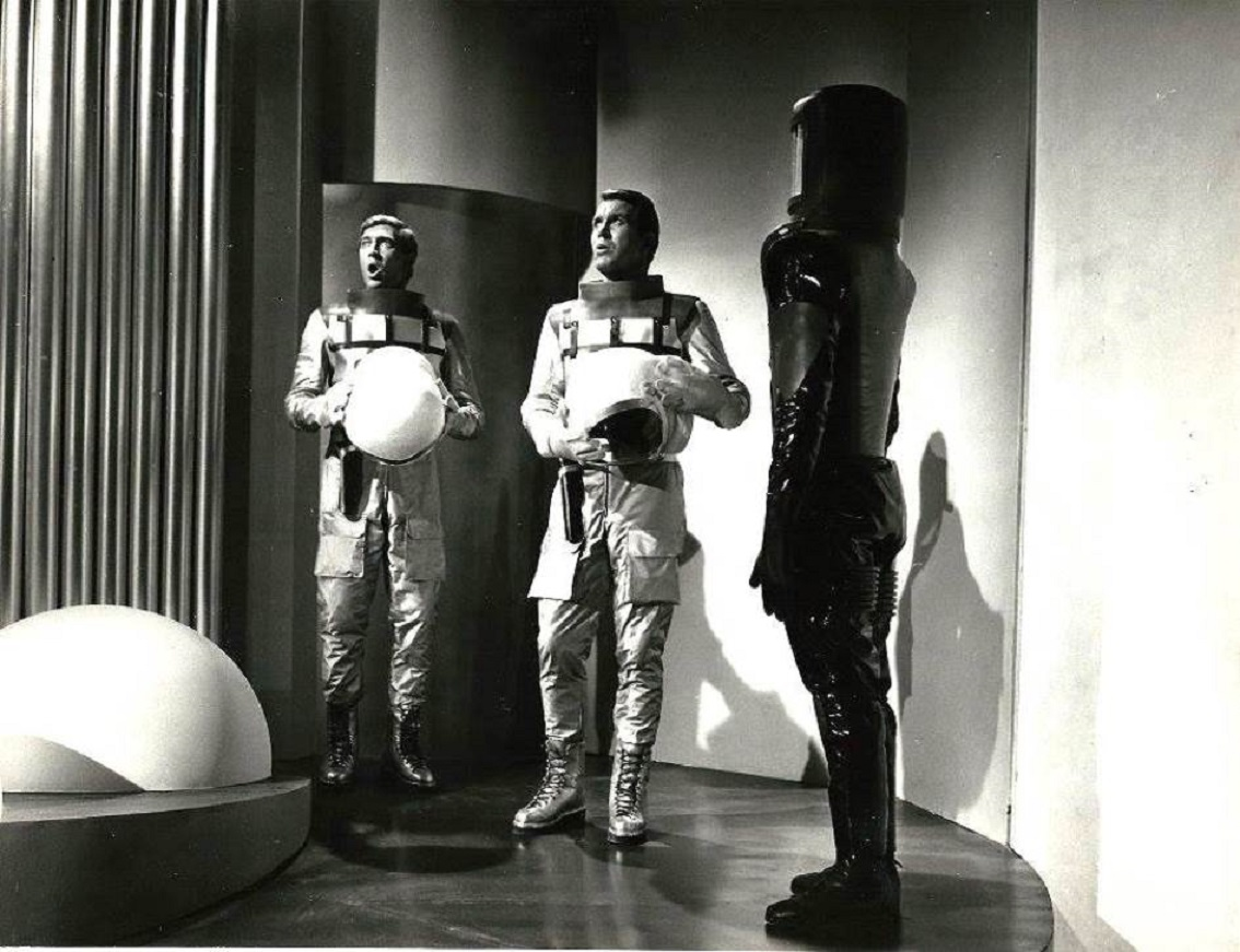 Perry Rhodan (Lang Jeffries) and Luis Davila enter the Archon ship in Mission Stardust (1967)