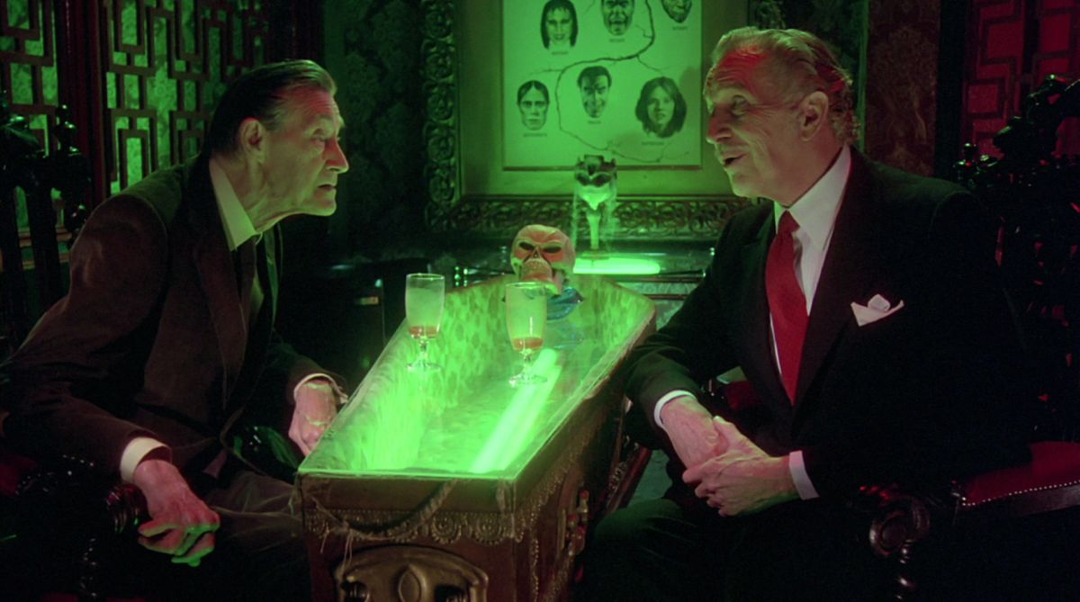 Horror author Ronald Chetwynd-Hayes (John Carradine) is introduced to the Monster Club by the vampire Erasmus (Vincent Price)