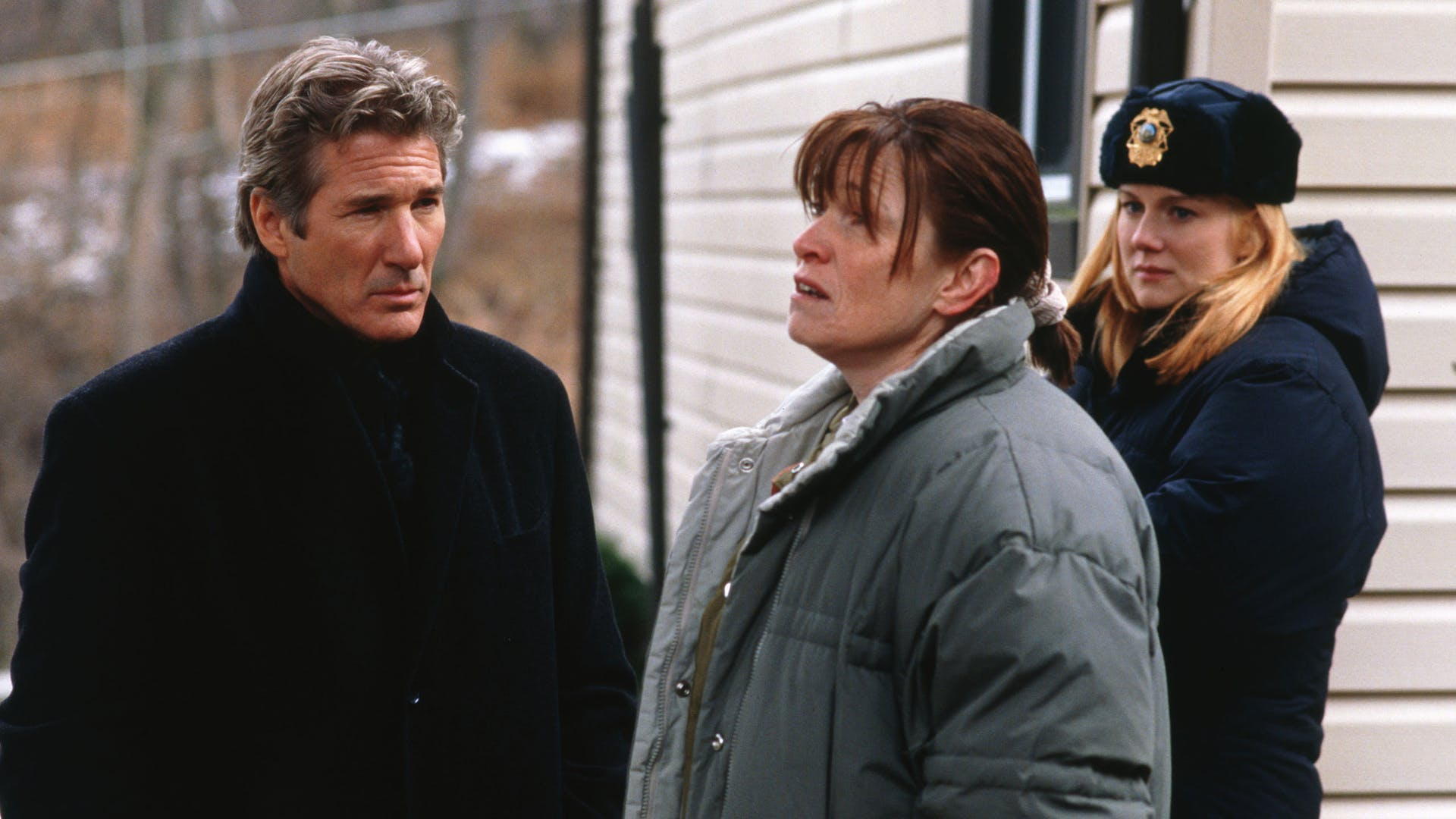 Richard Gere and sheriff Laura Linney question local woman Lucinda Jenney in The Mothman Prophecies (2002)