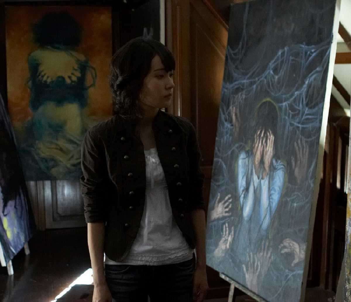 Jo An searches for the haunted portrait in Muoi (2007)