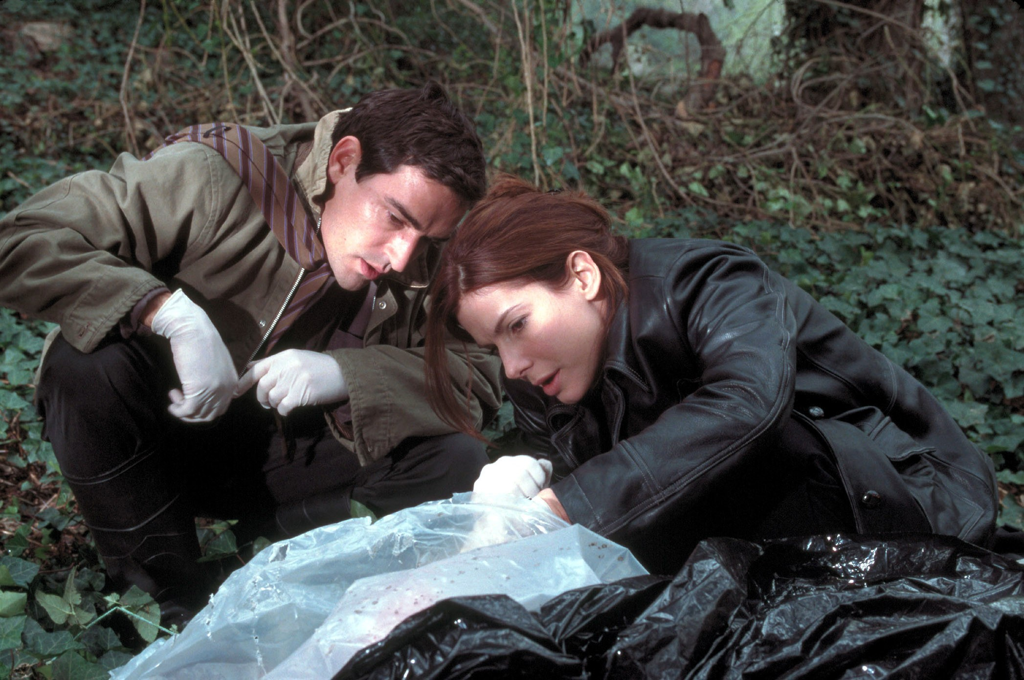 Detectives Ben Chaplin and Sandra Bullock investigate the dead body in Murder By Numbers (2002)