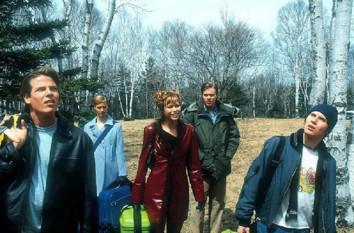 The contestants arrive at the house - (l to r) Sean CW Johnson, Laura Regan, Jennifer Sky, Stephen O'Reilly and Kris Lemche in My Little Eye (2002)
