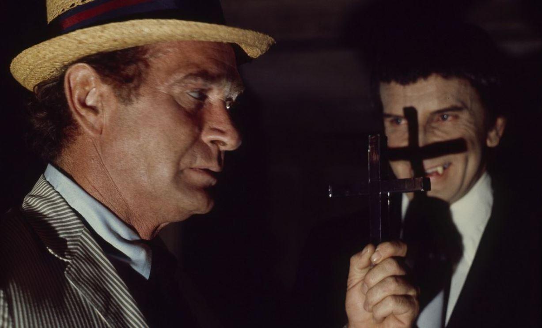 Carl Kolchak (Darren McGavin) wards the vampire Janos Skorzeny (Barry Atwater) off with a crucifix in The Night Stalker (1972)