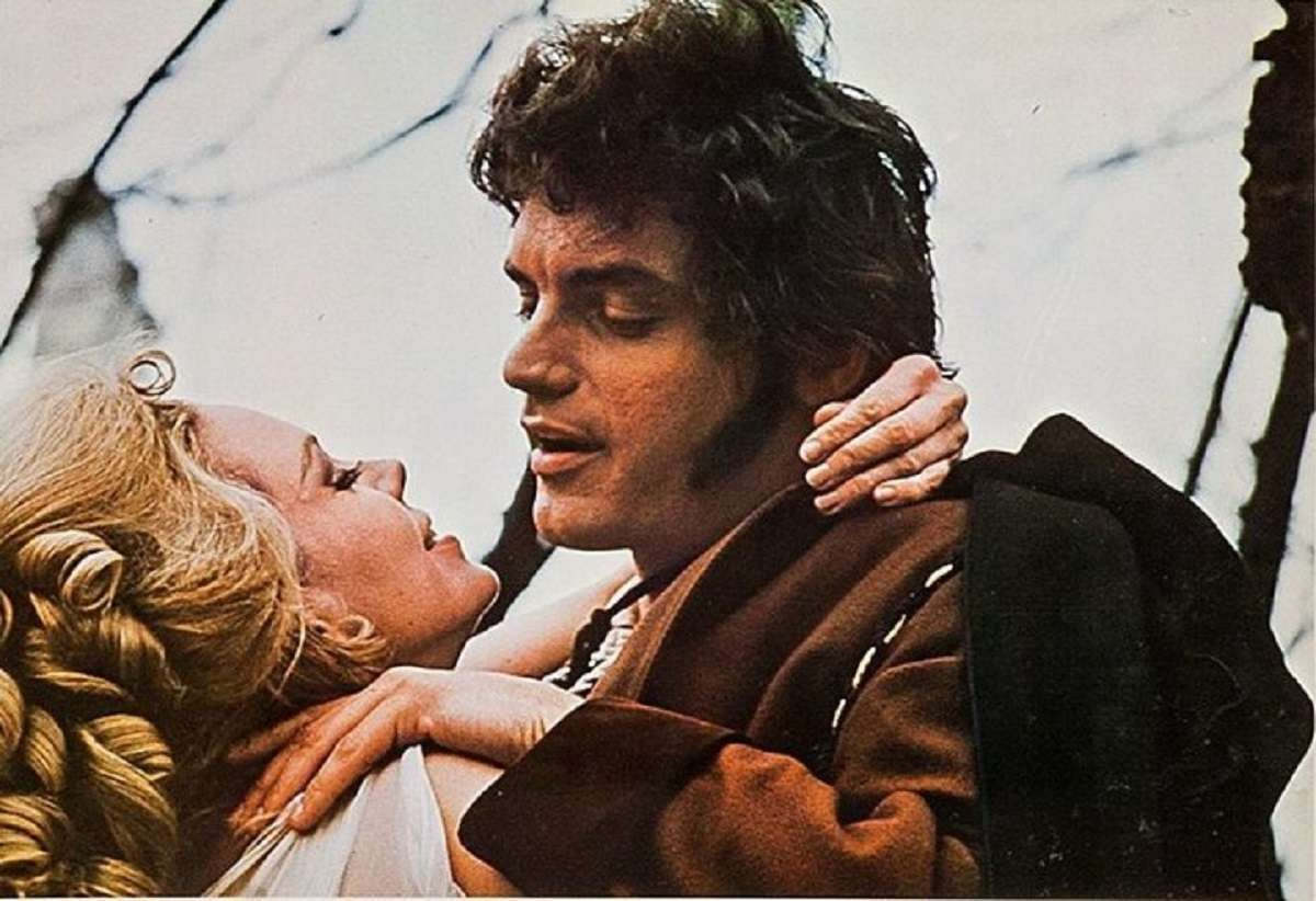Davis Selby as his ancestor Charles with the witch Angelique (Lara Parker) in Night of the Dark Shadows (1971)