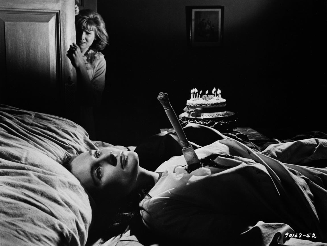 Jennie Linden discovers Clytie Jessop's murdered body in Nightmare (1964)