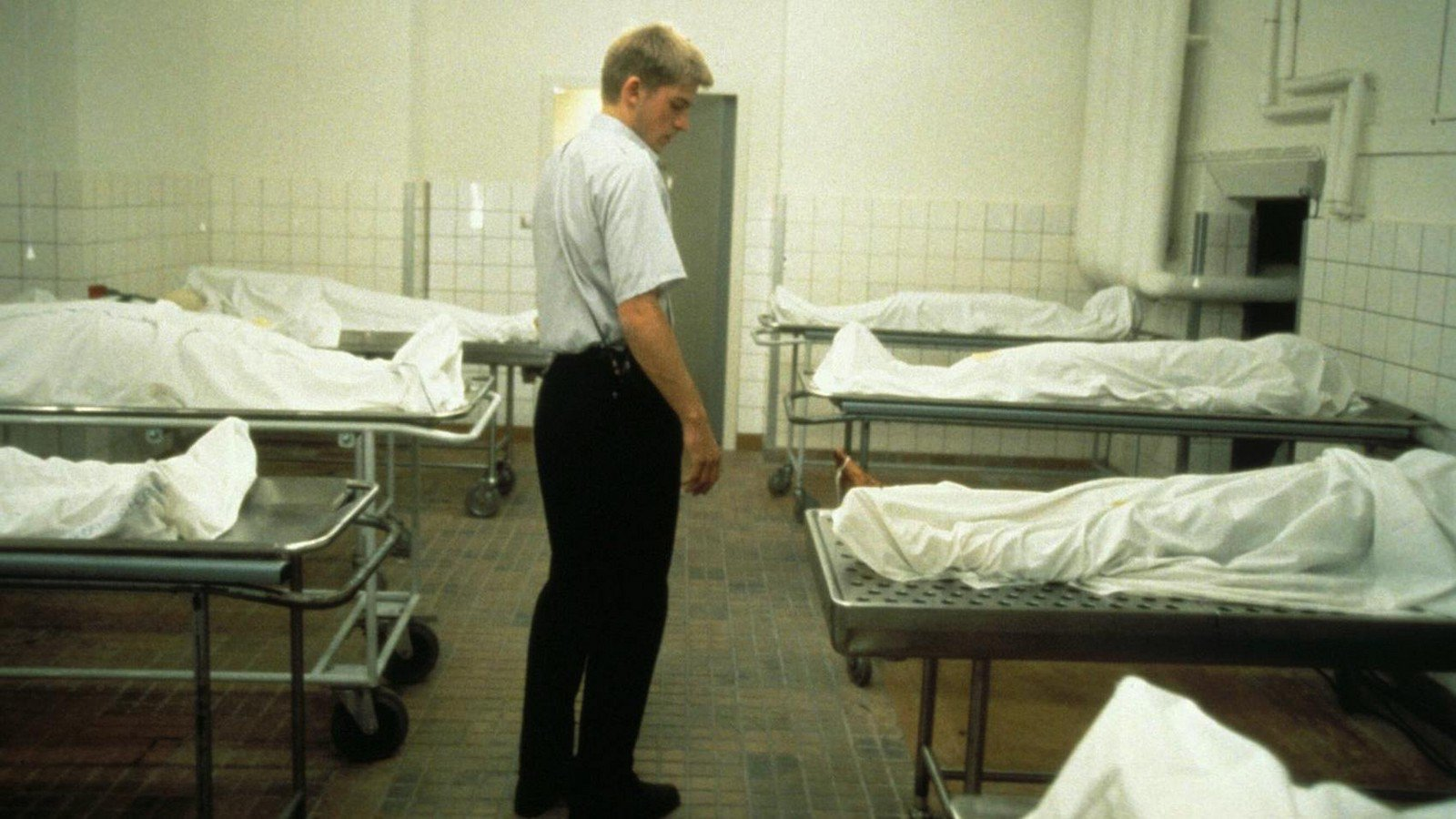 Martin Bork (Nicholaj Coster Waldau) on the job at the morgue in Nightwatch (1994)