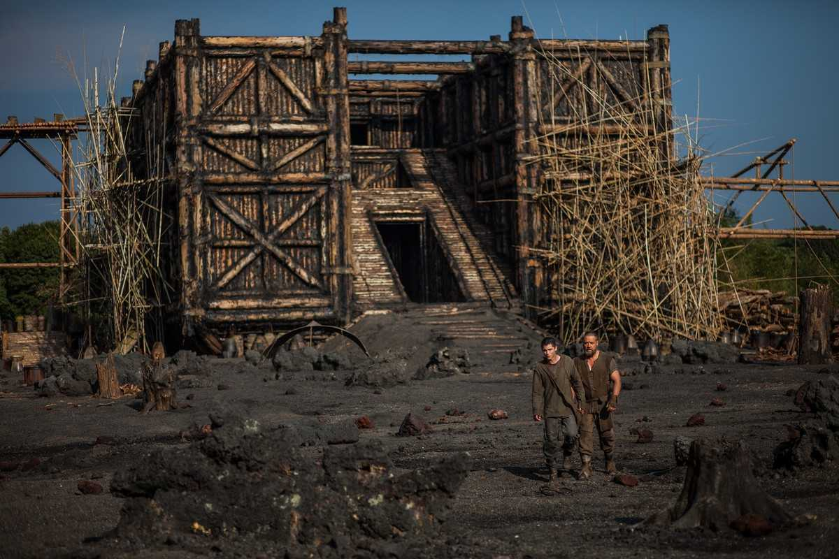 The construction of the ark with (l to r) Ham (Logan Lerman) and Noah (Russell Crowe) in Noah (2004)