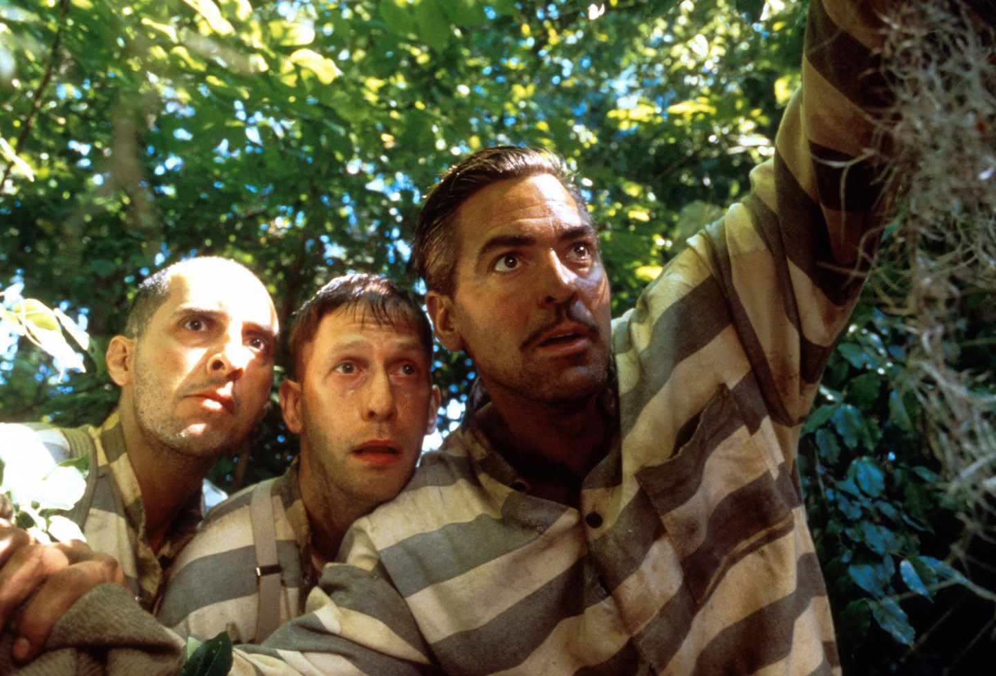 (l to r) Escaped convicts John Turturro, Tim Blake Nelson and George Clooney in O Brother, Where Art Thou? (2000)