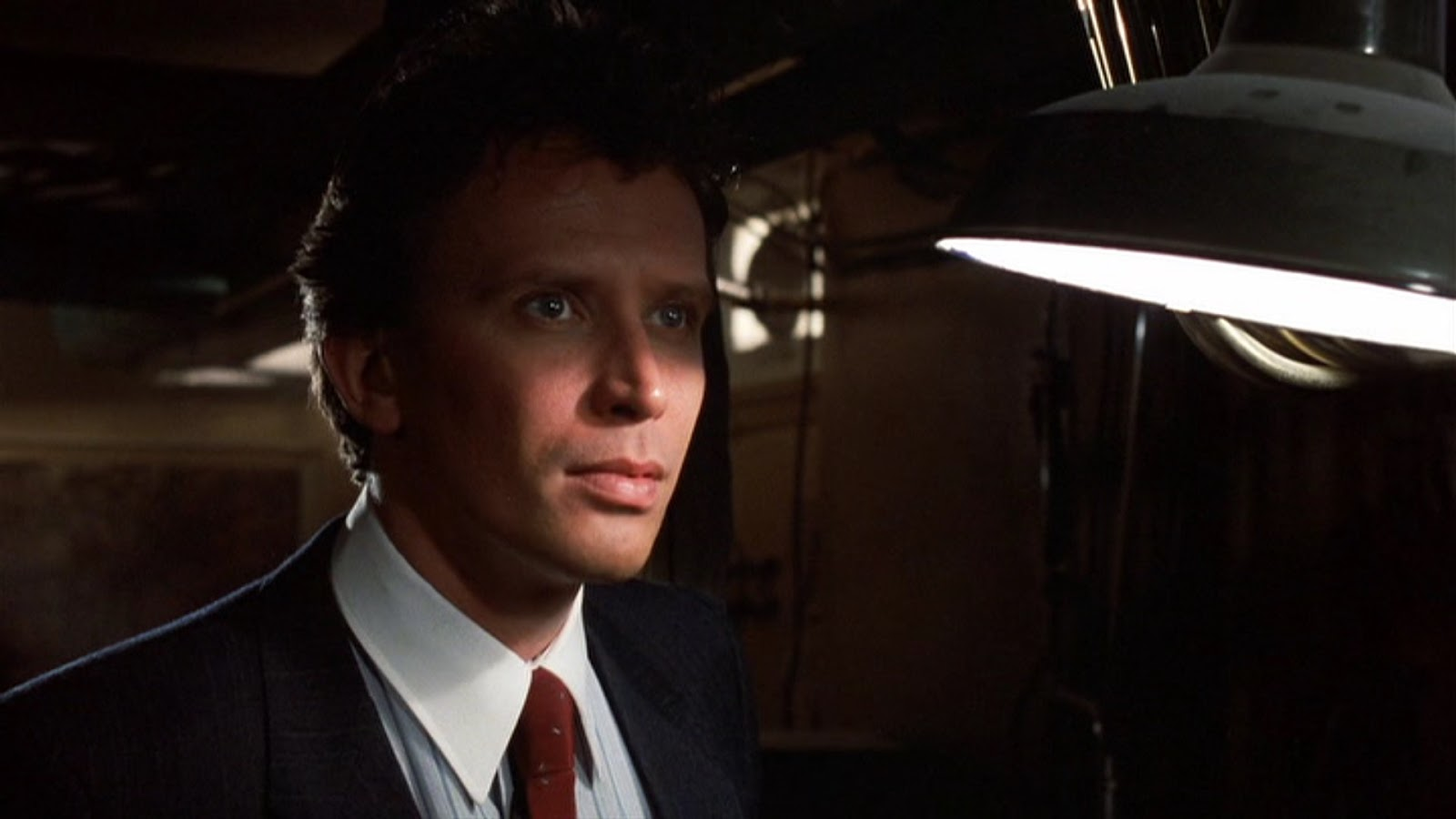 Peter Weller as a Wall Street banker dealing with a hyper-intelligent rat who wreaks havoc with his life in Of Unknown Origin (1983)