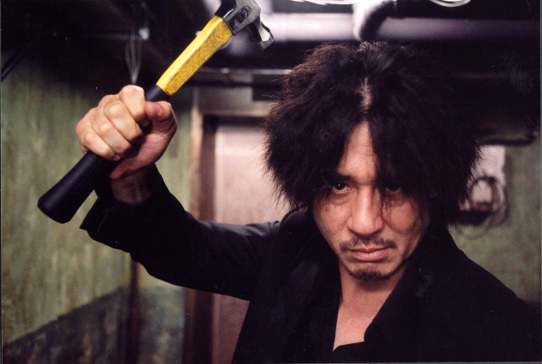 Choi Min-sik wields a claw hammer in Oldboy (2003)