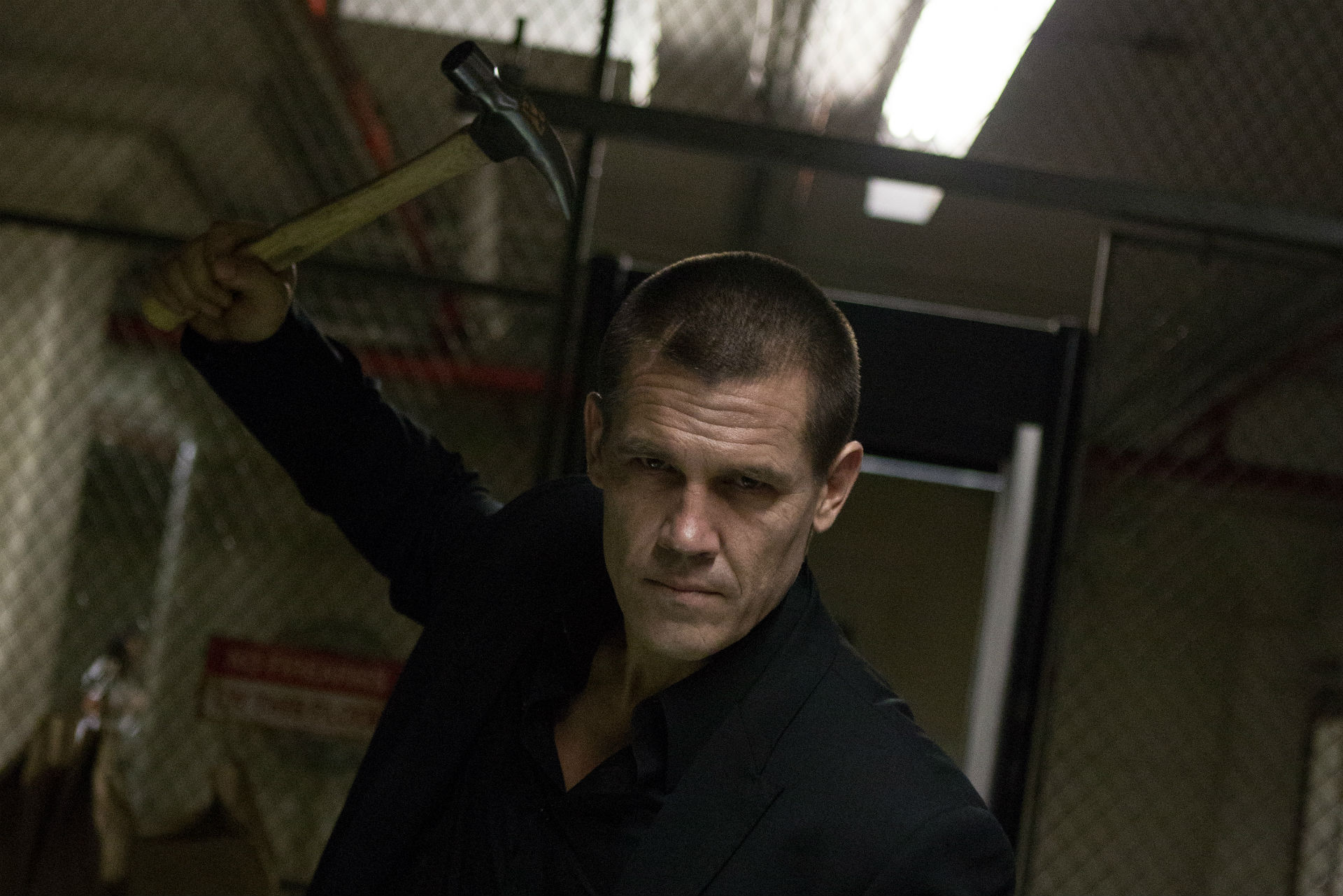 Josh Brolin freed from imprisonment and seeking revenge with a claw hammer in Oldboy (2013)