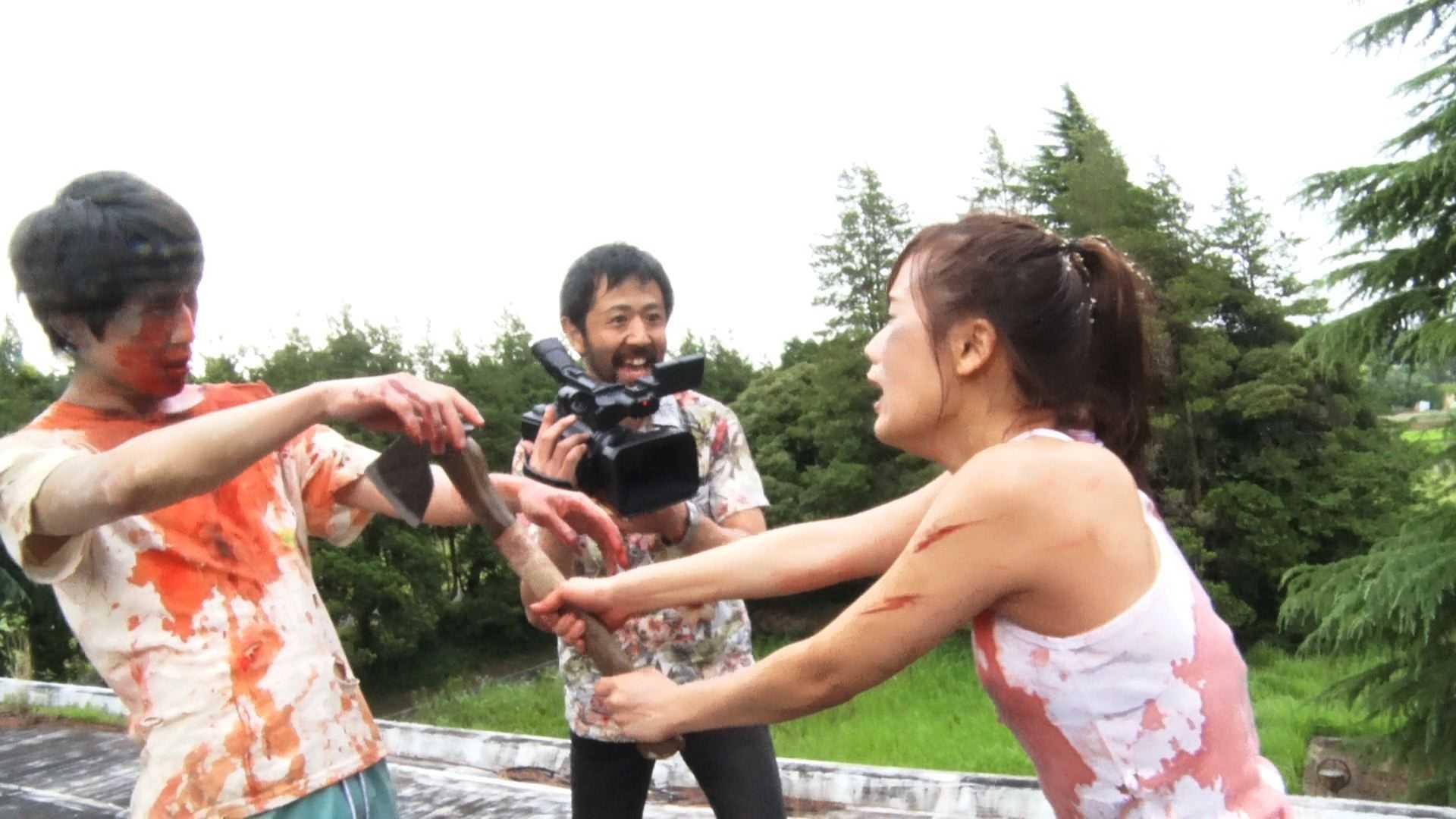 Takayuki Hamatsu (c) directs Kazuaki Nagaya (l) to attack Yuzuki Akiyama in One Cut of the Dead (2017)