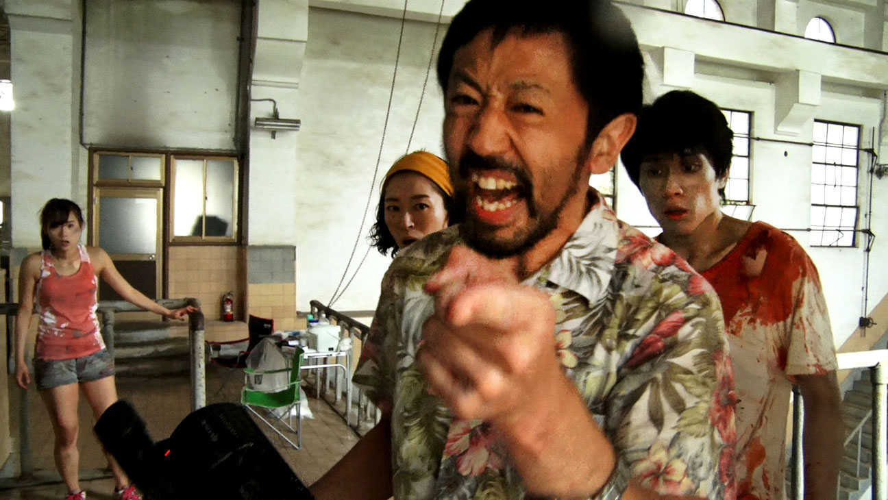 (l to r) lead actress Yuzuki Akiyama, the director's wife Harumi Shuhama, director Takayuki Hamatsu and zombie Kazuaki Nagaya in One Cut of the Dead (2017)