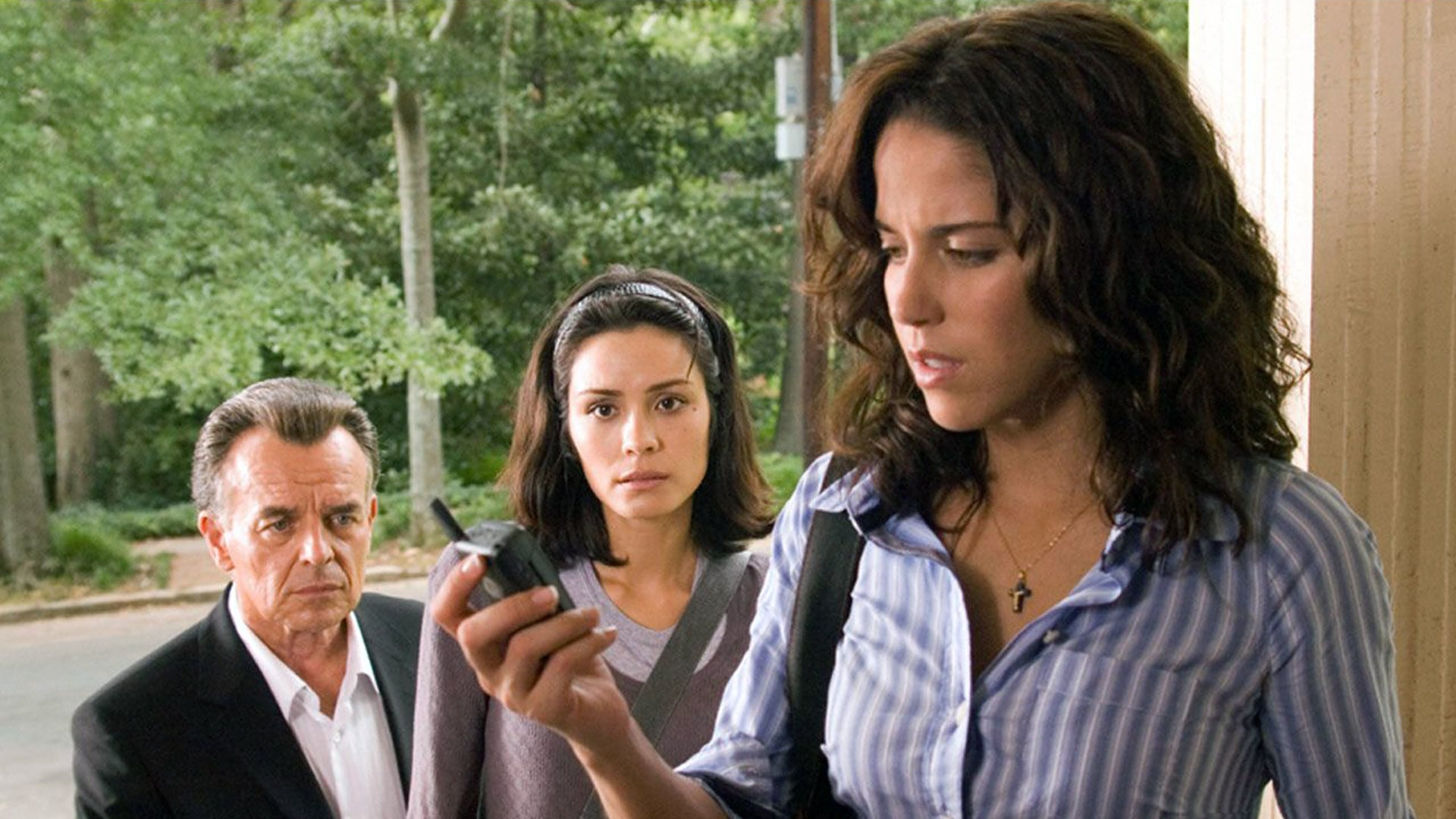 Ray Wise and Shannyn Sossamon investigate as Ana Claudia Talancon receives one of the calls in One Missed Call (2008)