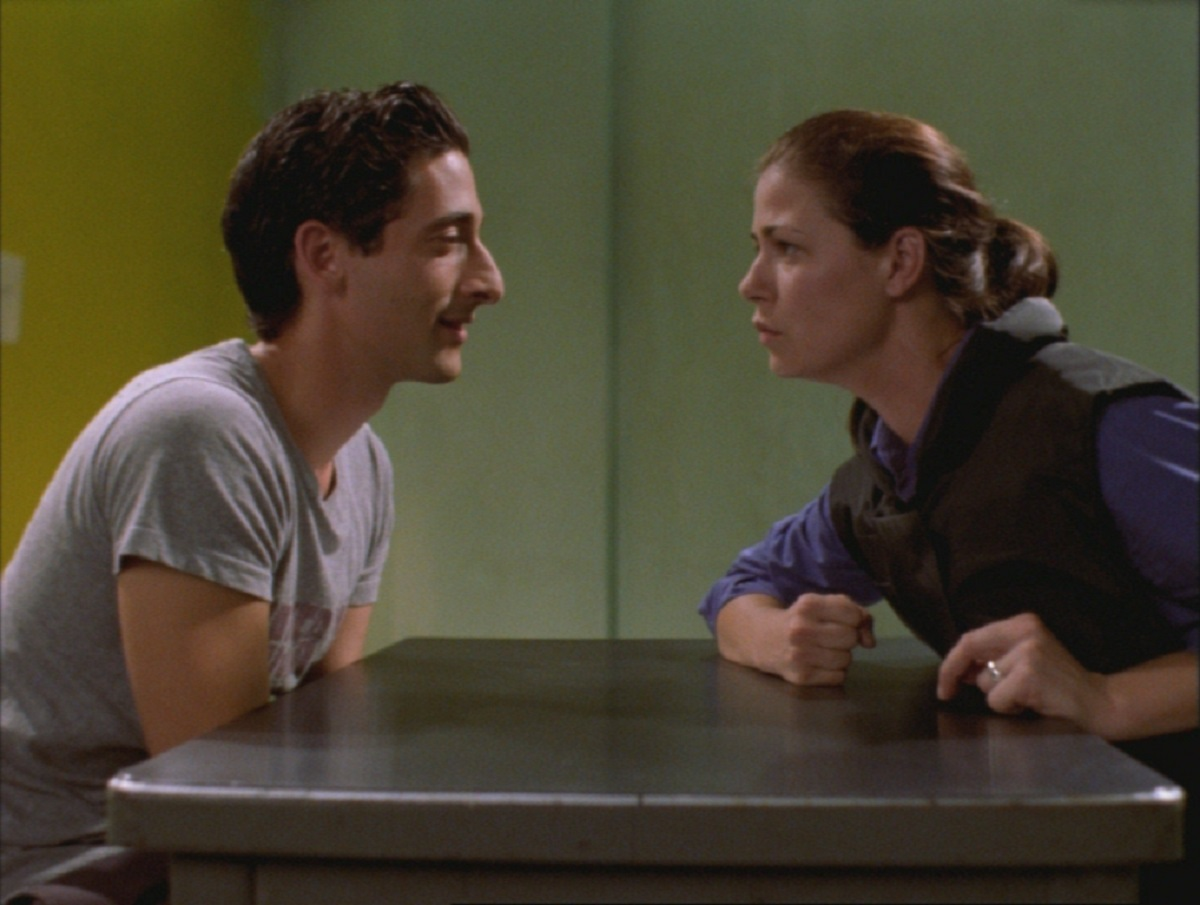 Arrested criminal genius Adrien Brody and police detective Maura Tierney in Oxygen (1999)