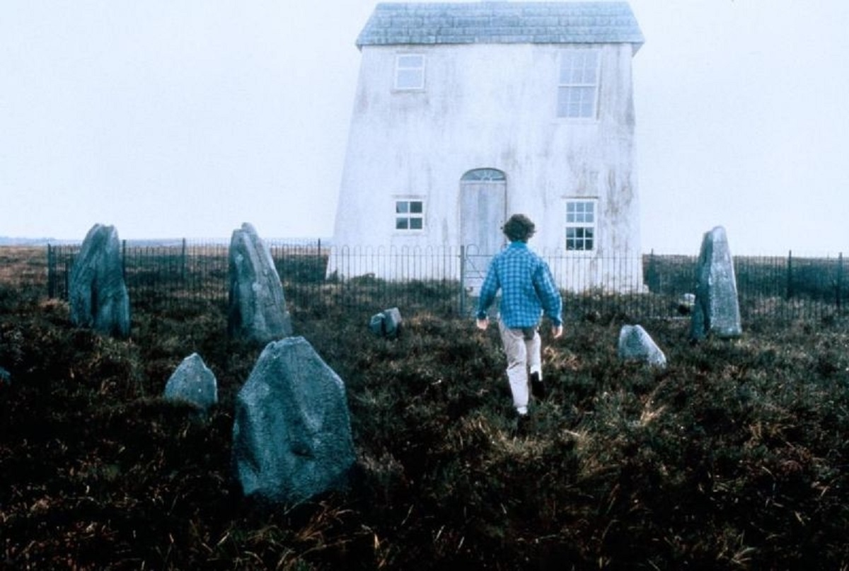 Charlotte Burke approaches the house in Paperhouse (1988)