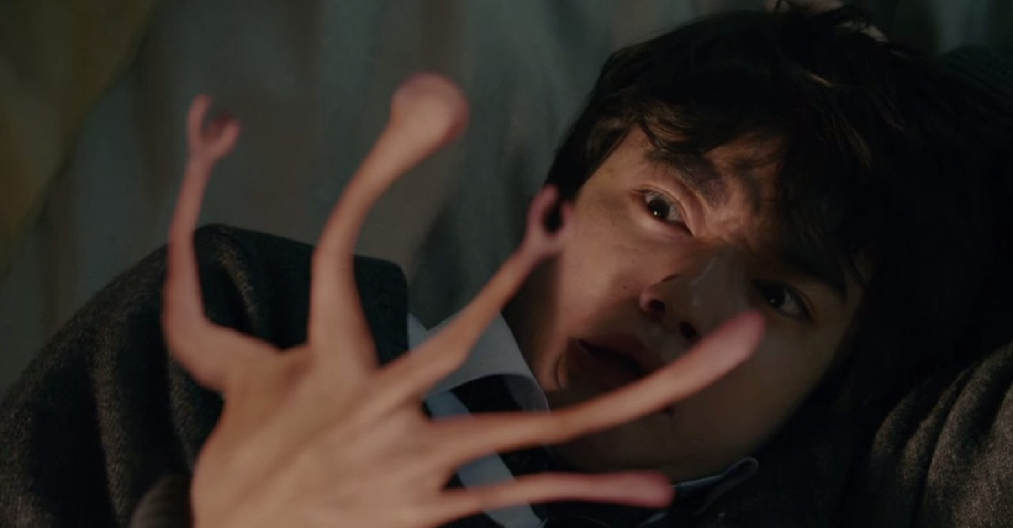Shinichi Izumi (Shota Sometani)'s hand is taken over by the parasite Migi in Parasyte Part I (2014)