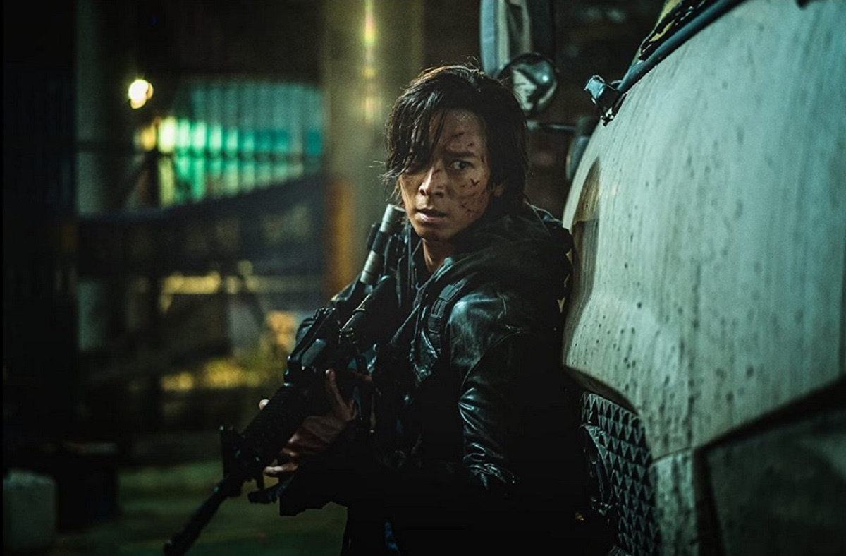 Jung-seok (Gang Don-won) heads into zombie-infested territory in Peninsula (2020)