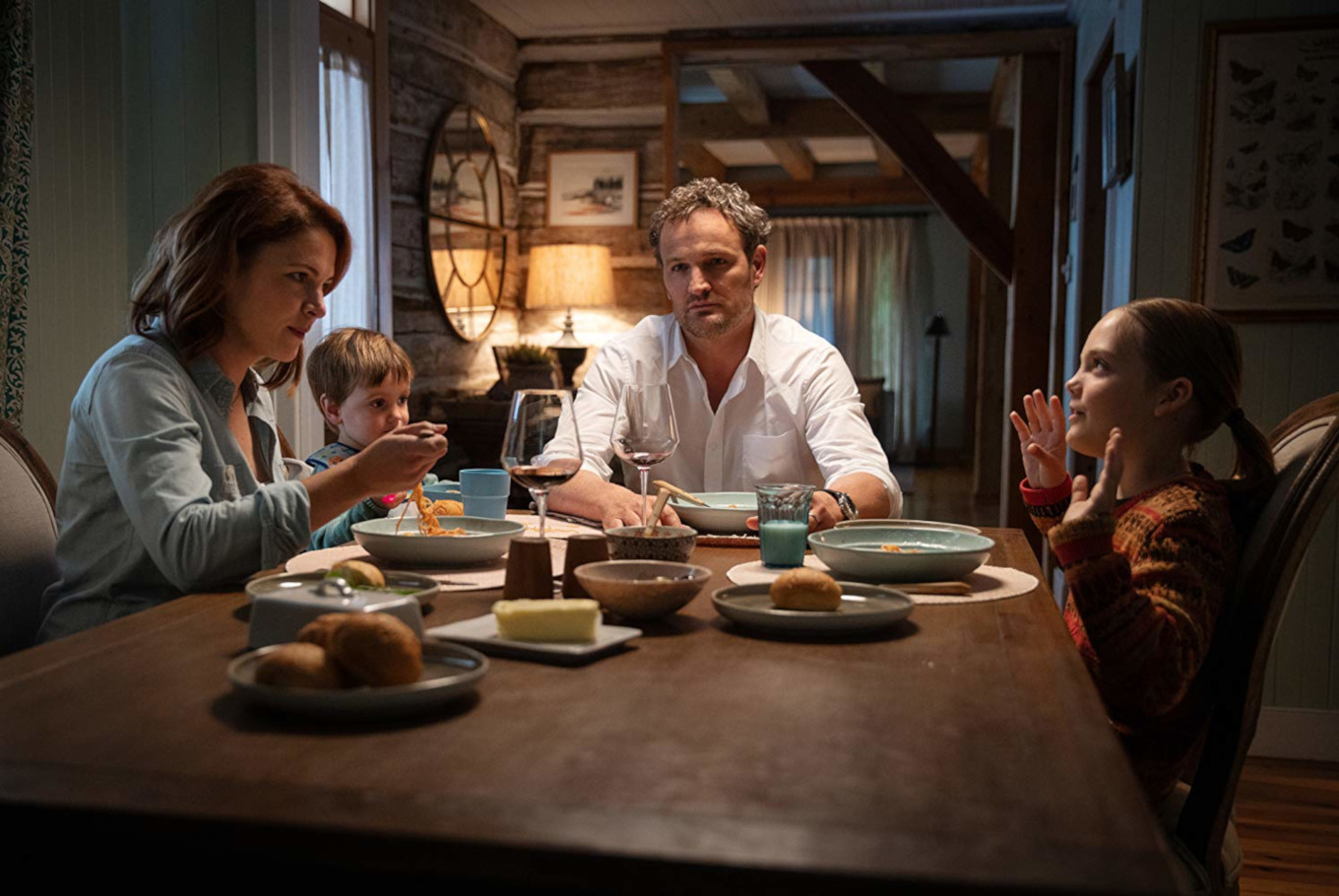 The Creed family life in its normal moments - (l to r) Rachel (Amy Seimetz), Gage (Hugo Lavoie & Lucas Lavoie), Louis (Jason Clarke) and Ellie (Jeté Laurence) in Pet Sematary (2019)