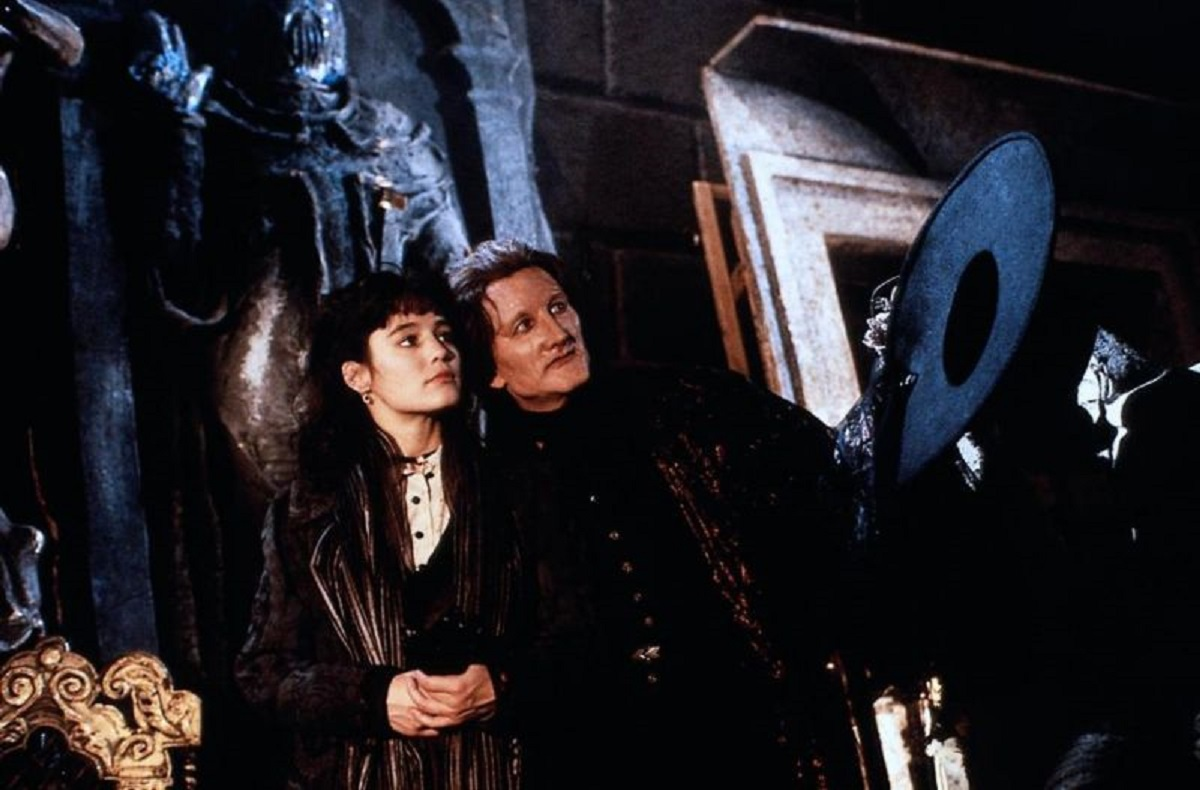 The Phantom (Robert Englund) and Christine Day (Jill Schoelen) in The Phantom of the Opera (1989)