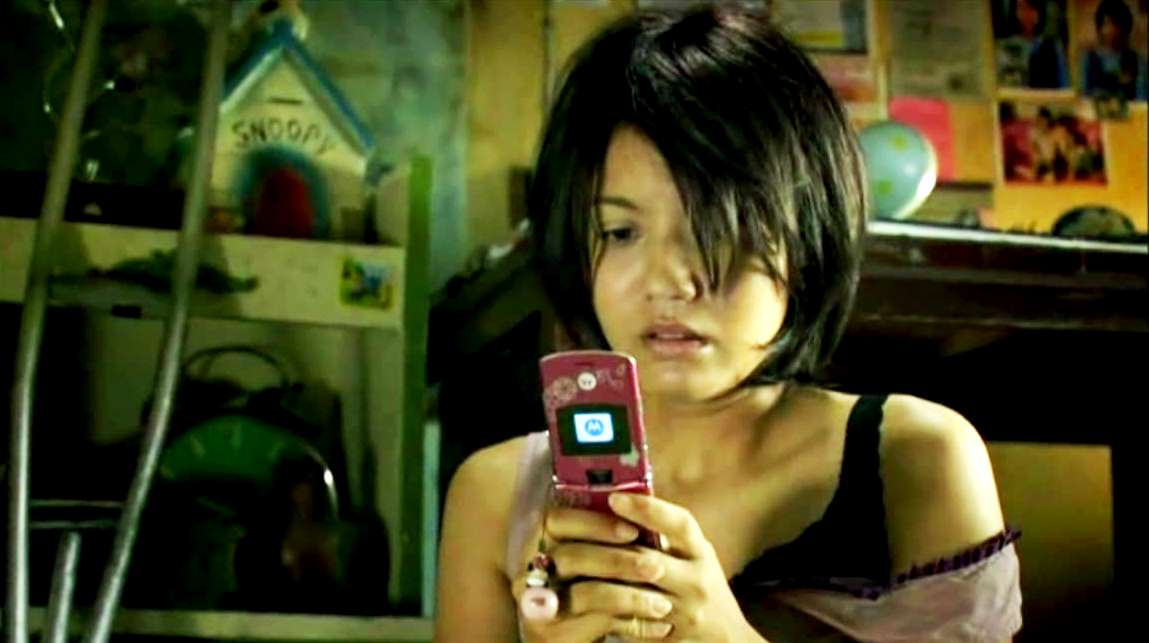 Maneerat Kamounan receives ghostly cellphone calls in the Happiness episode of Phobia (2008)