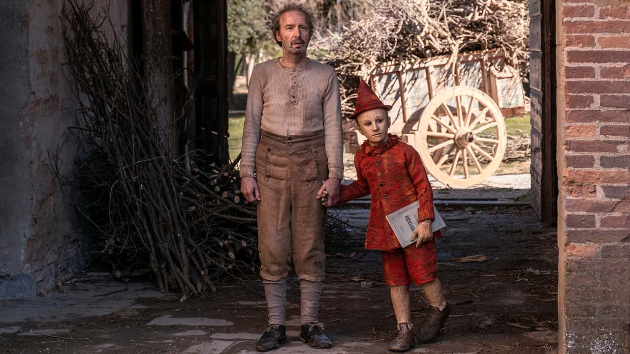 Gepetto (Roberto Benigni) and Pinocchio (Federico Ielapi) in Pinocchio (2019)