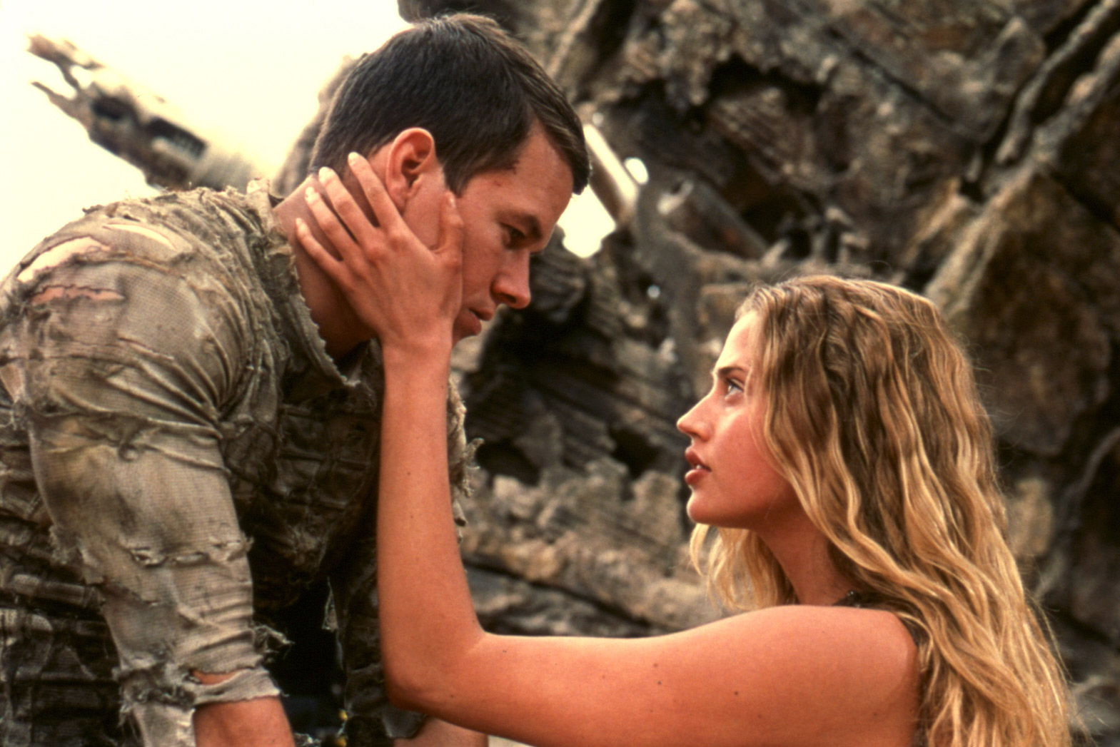Astronaut Mark Wahlberg and Daena (Estella Warren) stranded on Planet of the Apes (2001)