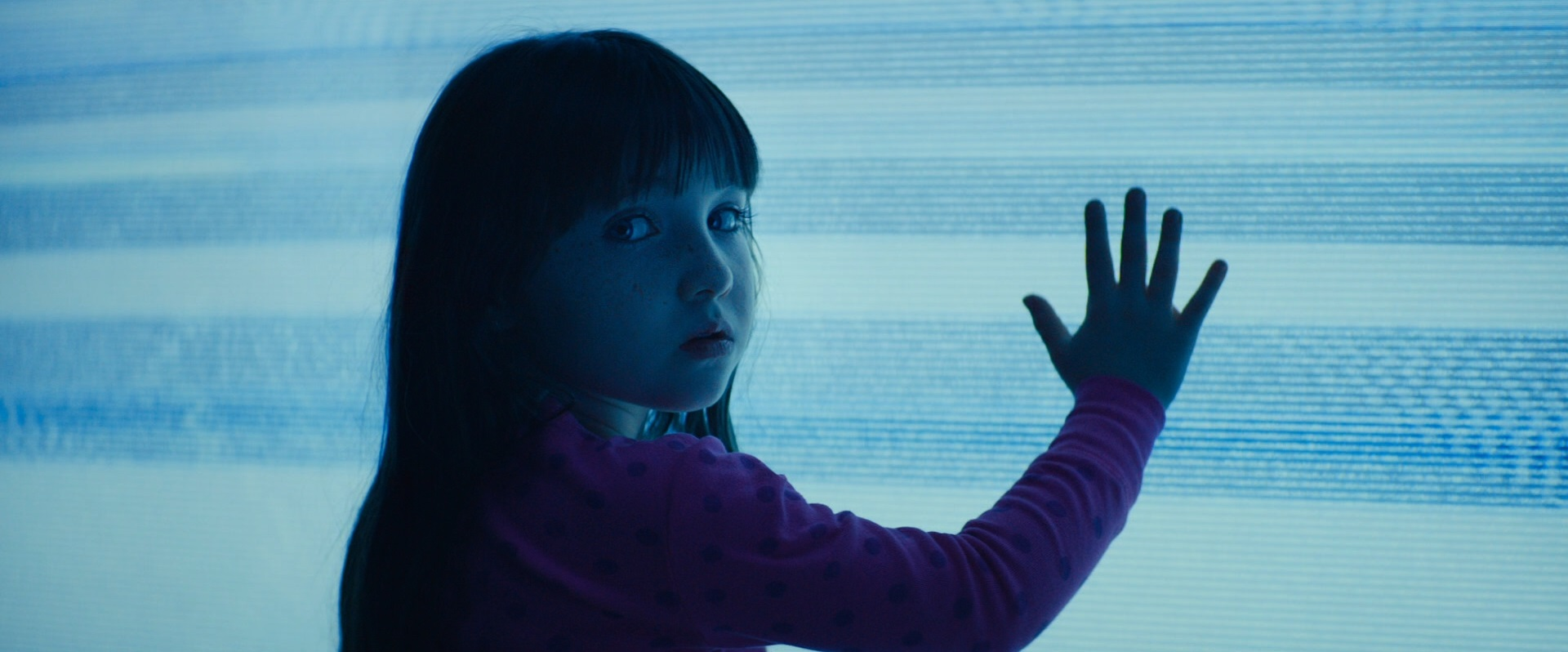 Madison (Kennedi Clements) and her friends inside the tv in Poltergeist (2015)