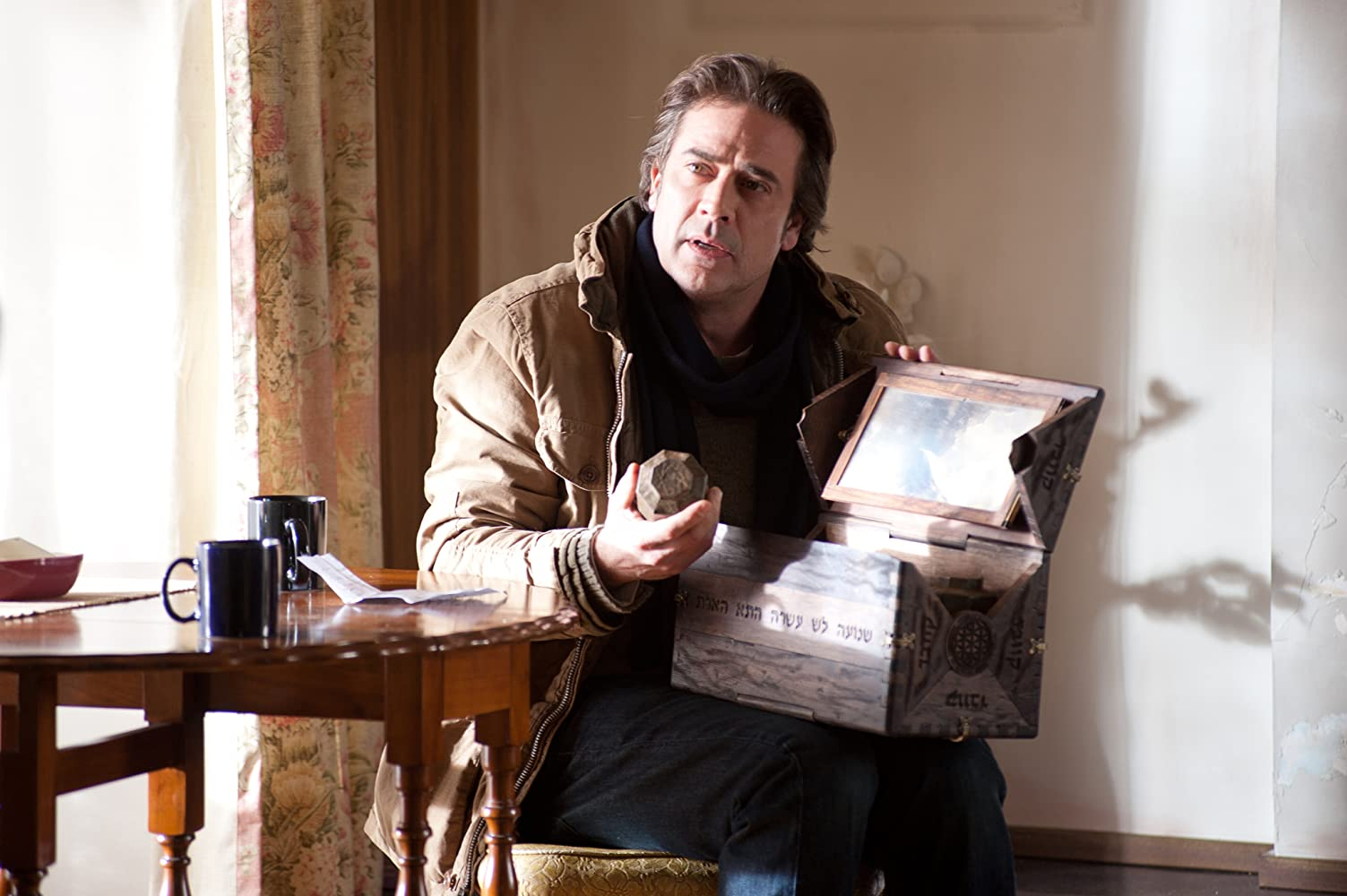 Jeffrey Dean Morgan with the dybbuk box in The Possession (2012)