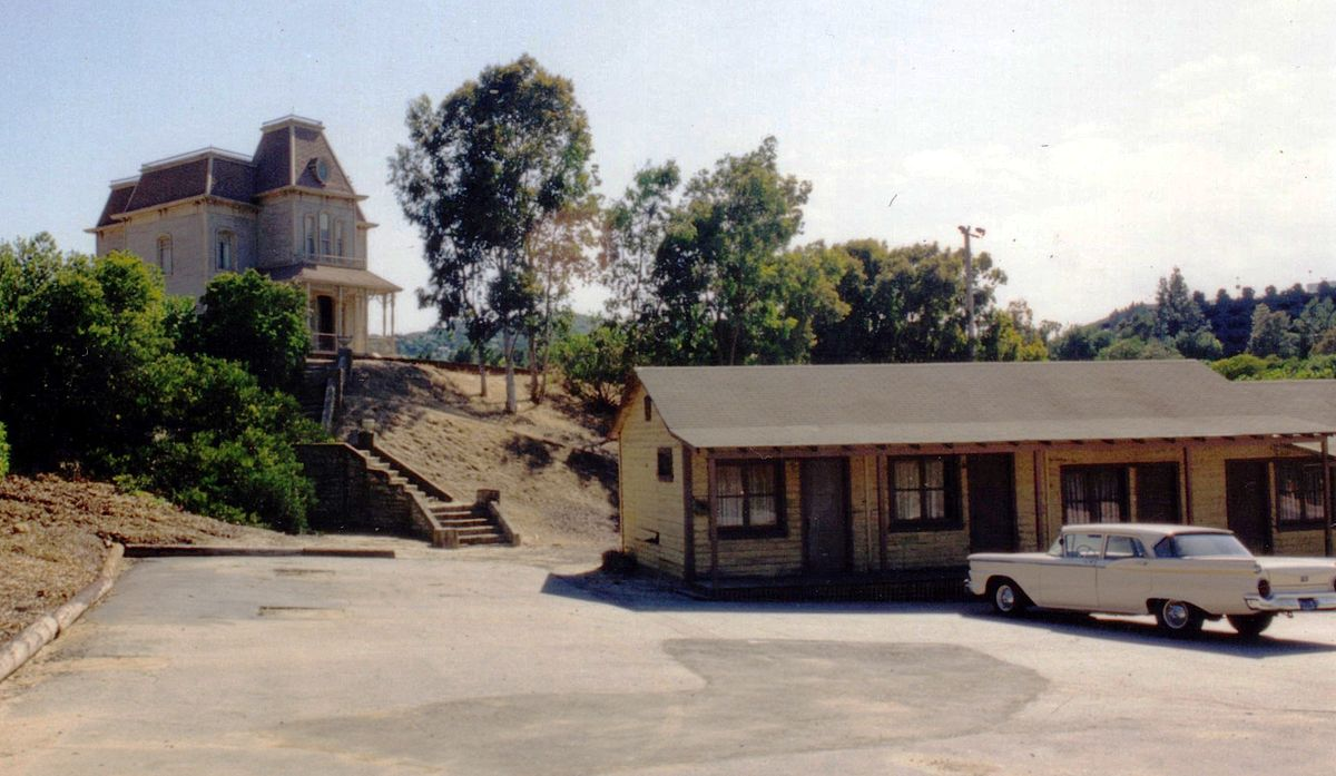 The Bates Motel in colour in Psycho (1998)