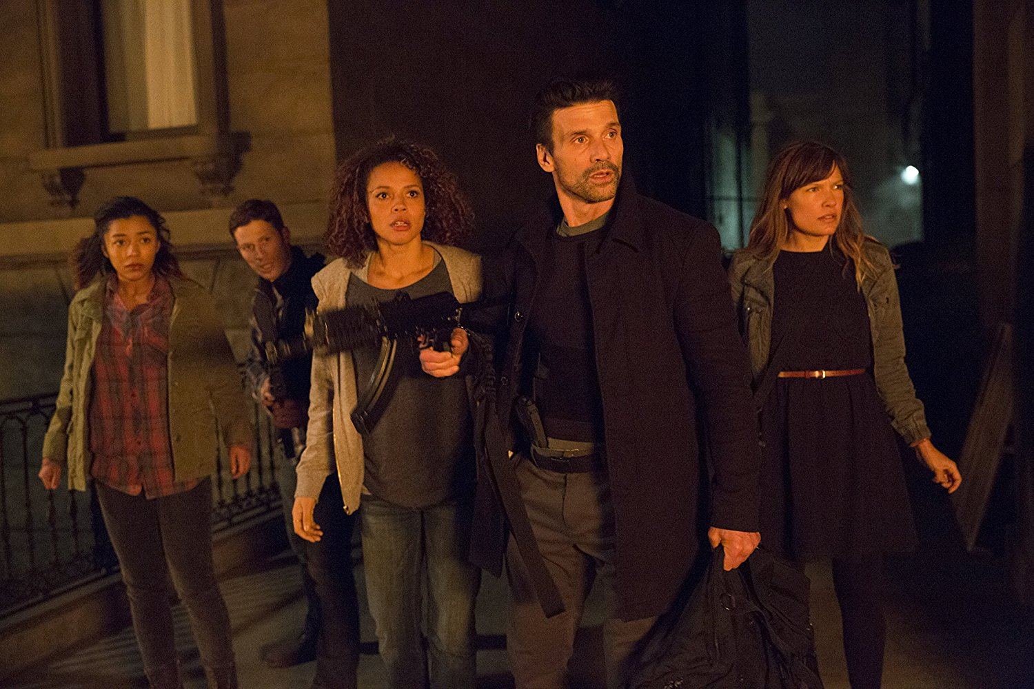 Forced to survive in the streets - Zoe Soul, Zach Gilford, Carmen Ejogo, Frank Grillo, Kiele Sanchez in The Purge: Anarchy (2014)