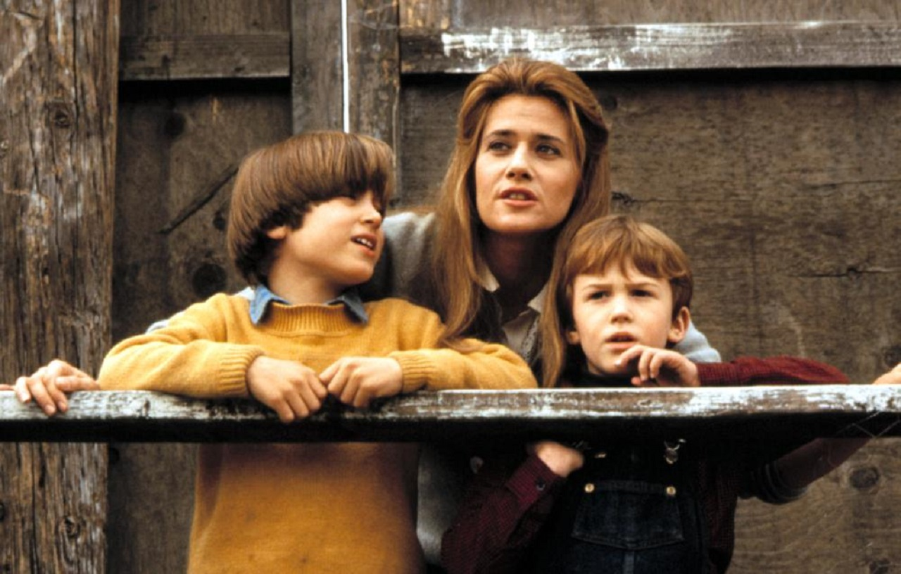 Brothers Elijah Wood and Joseph Mazzello and mother Lorraine Bracco in Radio Flyer (1992)