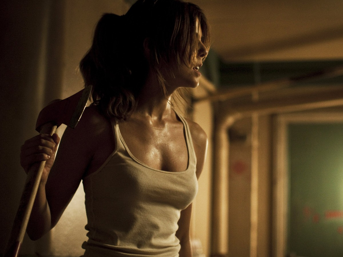 The return of Manuela Velasco wielding an axe against zombies in [Rec]4 Apocalypse (2014)