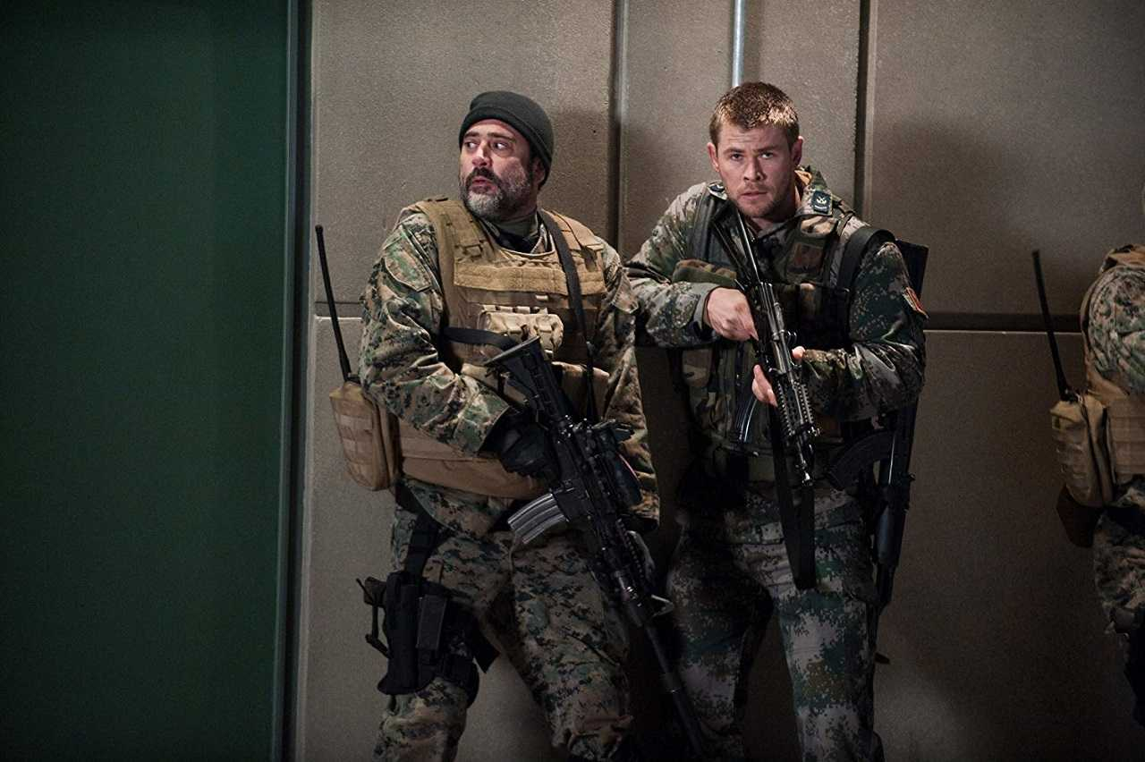 Jeffrey Dean Morgan and Chris Hemsworth in Red Dawn (2012)